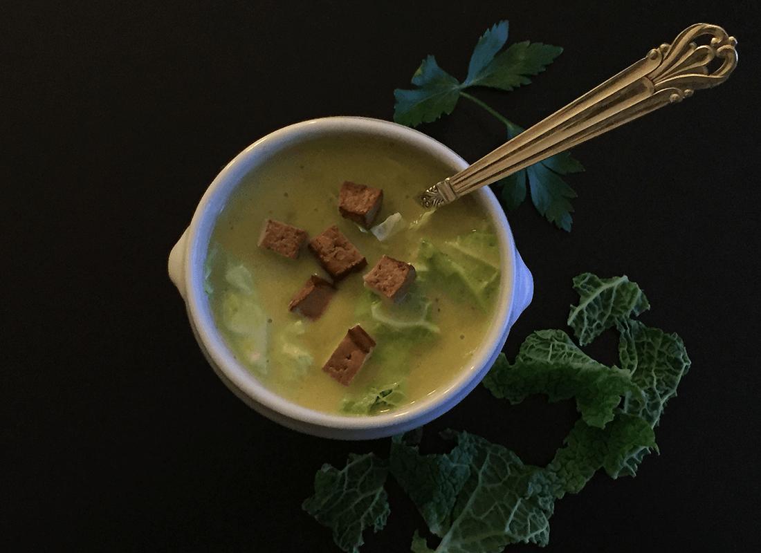 Kartoffel-Wirsing-Suppe mit Räuchertofu
